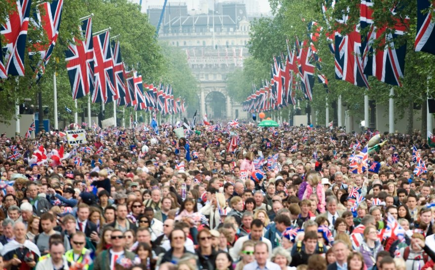 """""""Scanpix"""" nuotr./Minia, susirinkusi stebėti princo Williamo ir Kate Middleton vestuvių"""