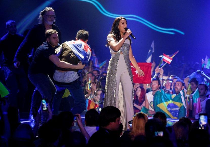 """""""Reuters""""/""""Scanpix"""" nuotr./Jamalos pasirodymą sutrikdė ant scenos įsiveržęs Vitalijus Sediukas"""