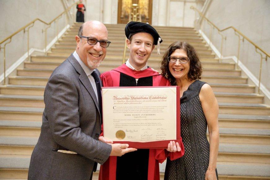 """Facebook"" nuotr./Markas Zuckerbergas su tėvais Edwardu ir Karen"