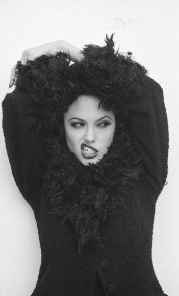 Vida Press nuotr./Angelina Jolie (1995 m.)