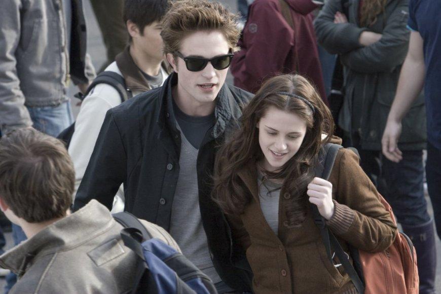"""Kadras iš filmo/Kristen Stewart ir Robertas Pattinsonas filme """"Saulėlydis"""" (2008 m.)"""