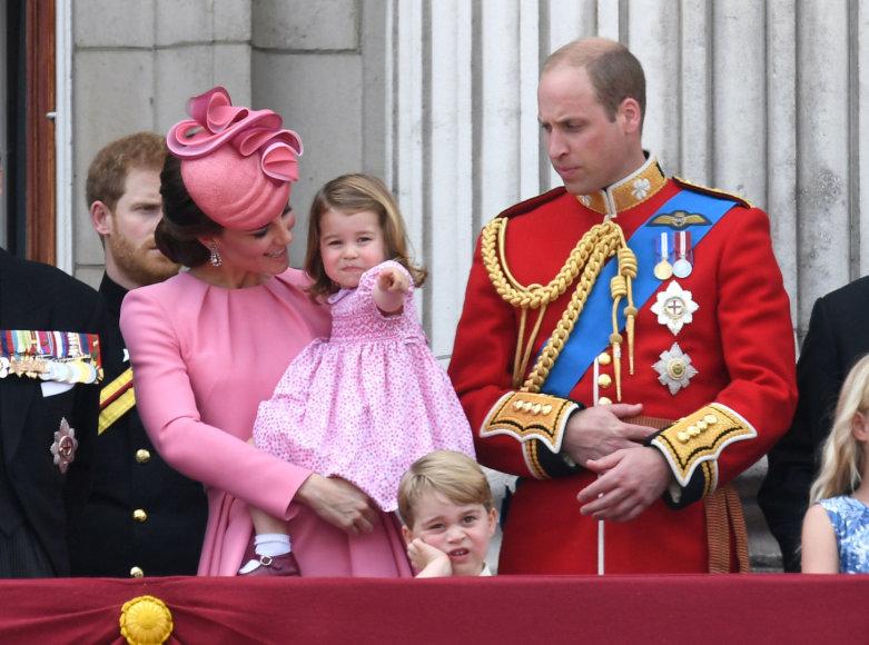"""""""Scanpix"""" nuotr./Princas Williamas ir Kembridžo hercogienė Catherine su vaikais Charlotte ir George'u"""