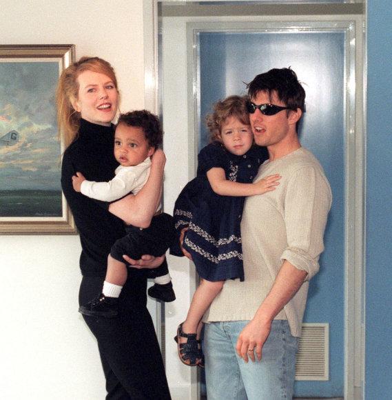 Vida Press nuotr./Nicole Kidman ir Tomas Cruise'as su įvaikiais Isabella ir Connoru (1996 m.)