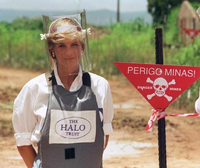 """""""Scanpix""""/""""SIPA"""" nuotr./Princesė Diana minų lauke Angoloje (1997 m.)"""
