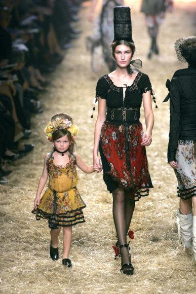 """Vida Press nuotr./Thylane Blondeau ant """"Jean Paul Gaultier"""" podiumo, kai jai buvo ketveri (2006 m.)"""