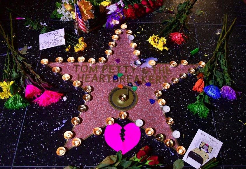 """AFP/""""Scanpix"""" nuotr./Gerbėjų paliktos gėlės prie Tomo Petty žvaigždės Holivudo šlovės alėjoje"""