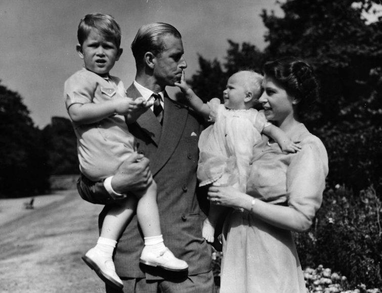 """""""Scanpix""""/AP nuotr./Karalienė Elizabeth II ir princas Philipas su sūnumi Charlesu ir dukra Anne (1951 m.)"""