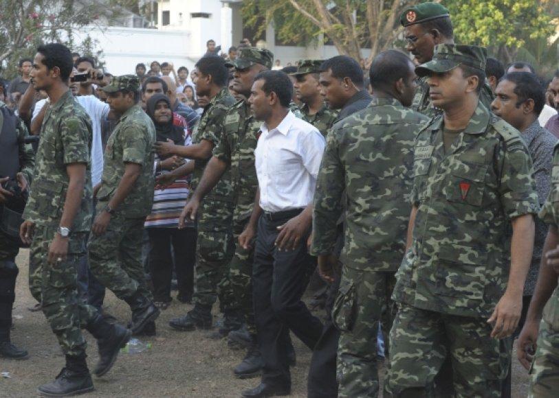 Kareiviai Maldyvuose (baltais marškiniais – Maldyvų prezidentas Mohamedas Nasheedas)