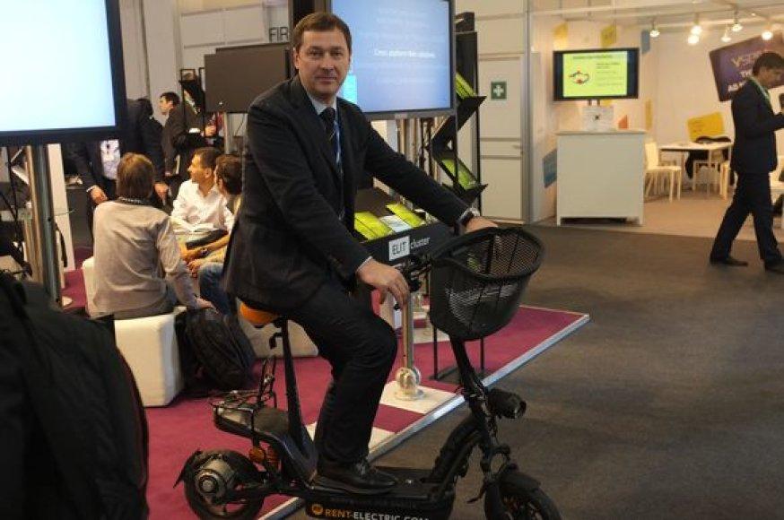 """Barselonoje vykstančioje technologijų konferencijoje """"Mobile World Congress"""" viešintis Vilniaus meras Artūras Zuokas semiasi idėjų, kaip paversti Lietuvos sostinę """"e-miestu""""."""