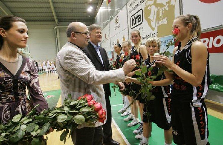 R.Mikaitytė, V.Matijošaitis ir R.Mikaitis moterų krepšinio čempionėms įteikė gėlių.