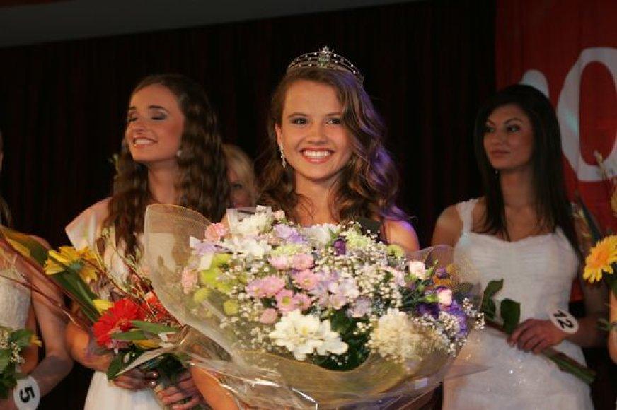 """Konkurso """"Mis Laikinoji sostinė 2011"""" nugalėtoja tapo moksleivė A.Povilaitytė (centre)."""