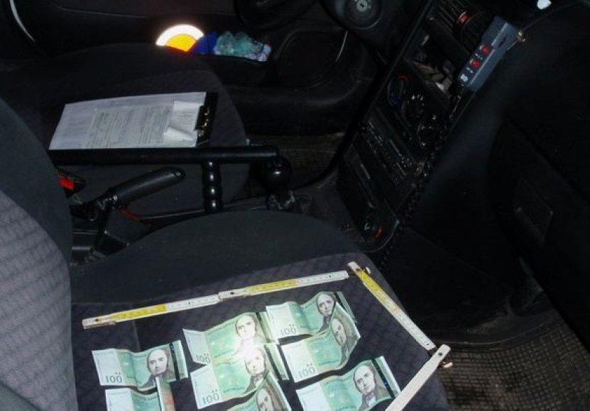 Greitį viršijęs vairuotojas užsienietis bandė atsipirkti kyšiu.