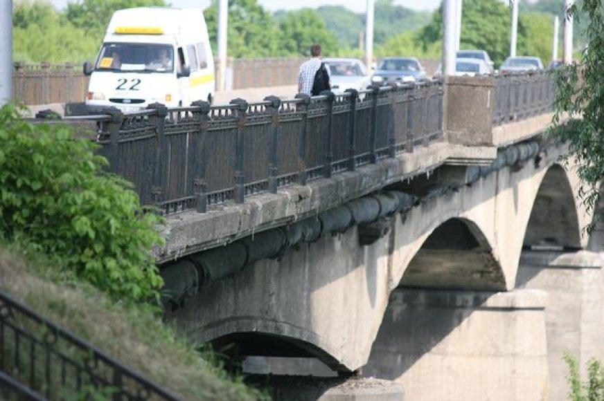 Iš pagrindų atnaujinti Panemunės tiltą siūlo latviai.