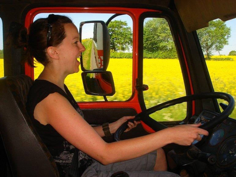 Moteris prie vilkiko vairo