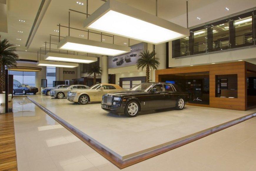 """""""Rolls-Royce"""" pardavimo salonas Abu Dabyje"""