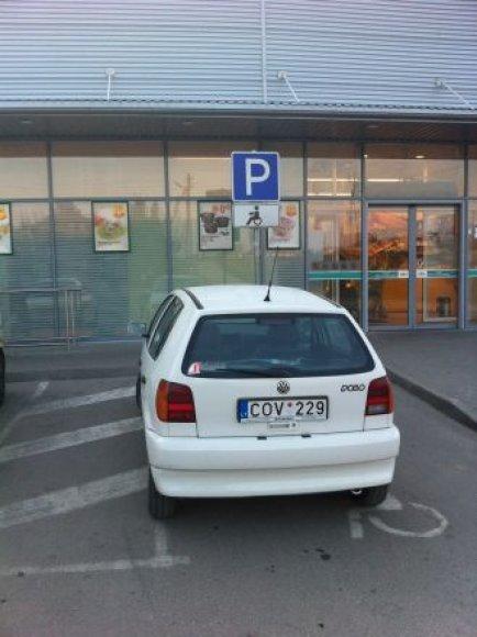 """""""Volkswagen Polo"""" neįgaliųjų vietoje"""