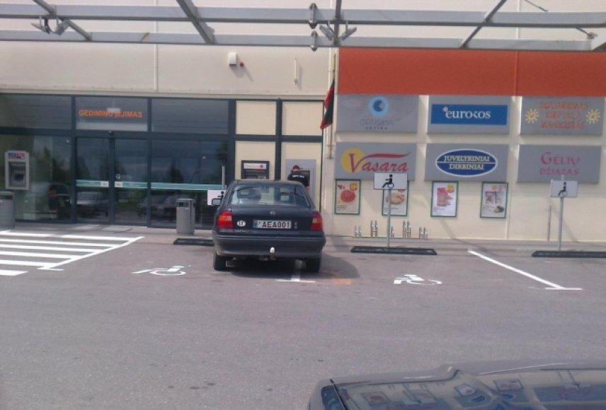 """""""Opel Vectra"""" neįgaliųjų vietoje"""