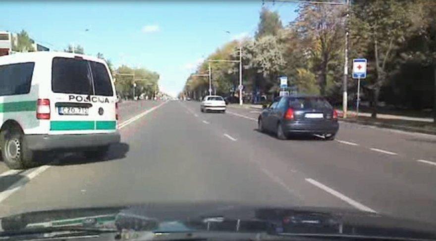 Policijos pareigūnai apsisuka per ištisinę liniją