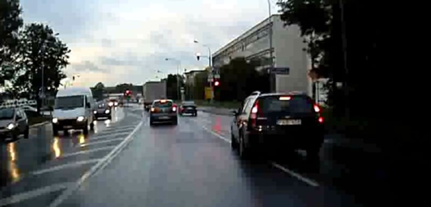 BMW 3 kerta sankryžą šviečiant raudonam signalui