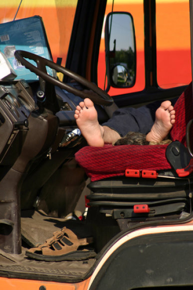 Sunkvežimio kabinoje miegantis vairuotojas