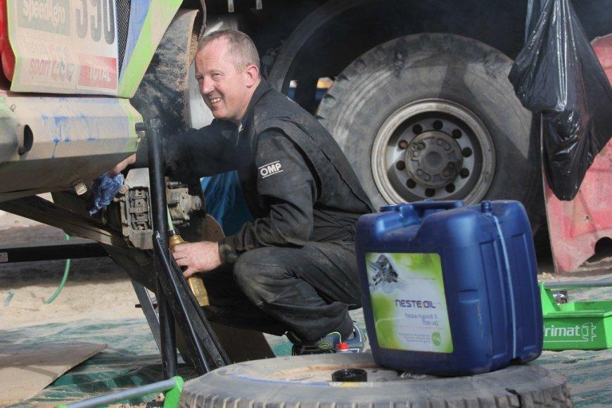 """Tomo Markelevičiaus/15min.lt nuotr./Mechanikai remontuoja """"SEAT Leon Dakar"""" prieš 6 GR"""