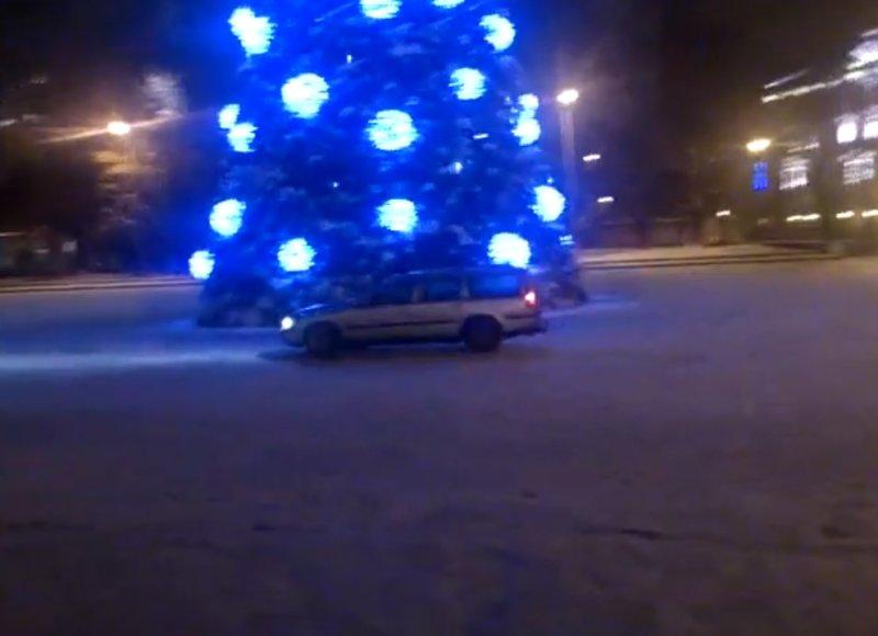 """""""Volvo"""" čiuožinėja aplink Kalėdų eglę Katedros aikštėje"""