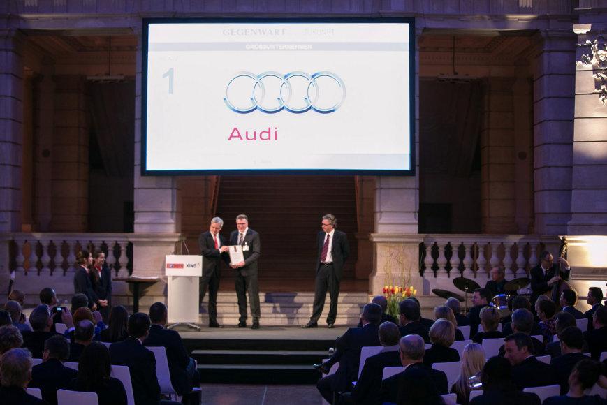"""""""Audi"""" atstovams įteikiamas """"Best Employer in 2014"""" apdovanojimas"""