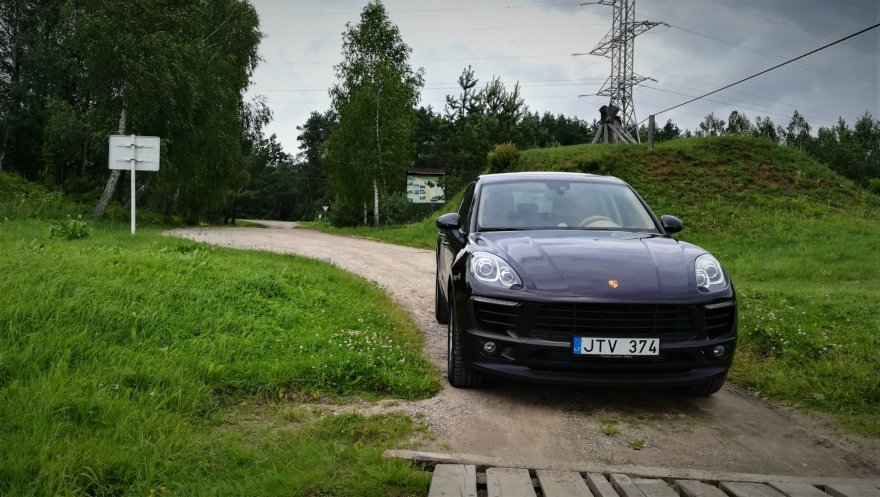 """Pauliaus Sviklo / 15min nuotr./""""Porsche Macan"""" prie Pandėlio-Čiobiškio kelto"""