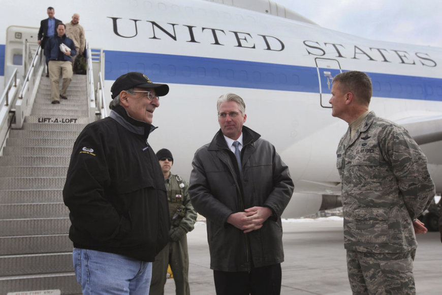 JAV gynybos sekretorius Leonas Panetta (kairėje) atvyko į Manaso bazę