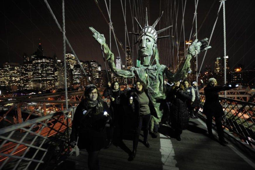 """Protestuotojai, palaikantys judėjimą """"Occupy Wall Street"""", susirinko prie Bruklino tilto."""