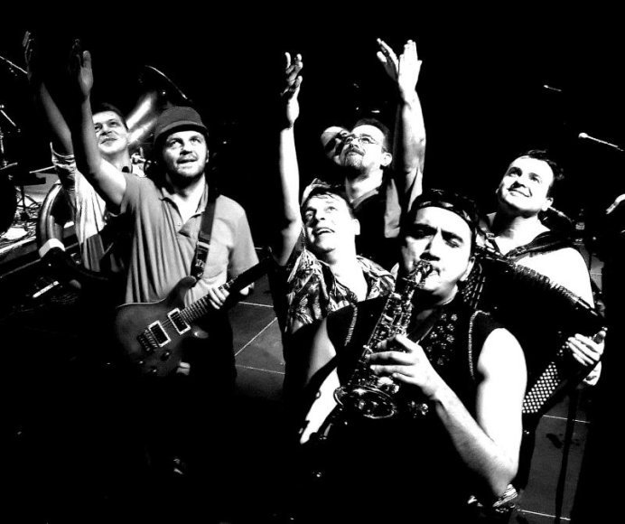 "Emiras Kusturica  su savo grupe ""No Smoking Orchestra"""
