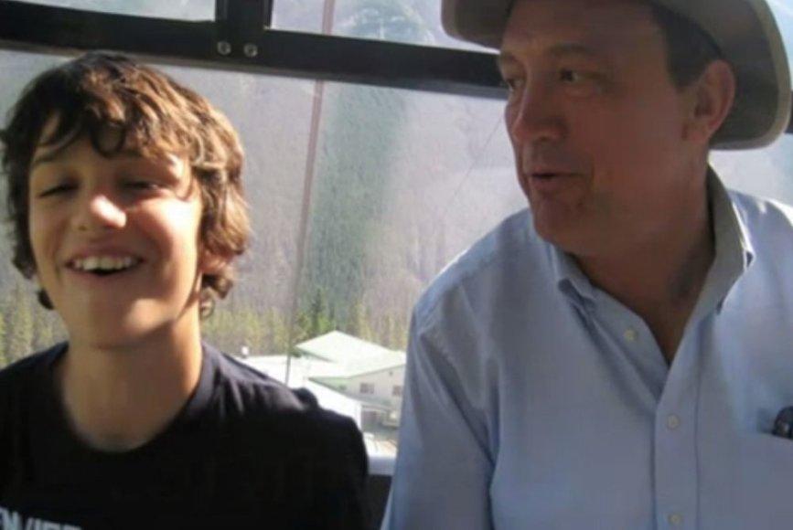 Dominicas Crouchas (kairėje) su savo tėvu Rogeriu Crouchu (dešinėje)