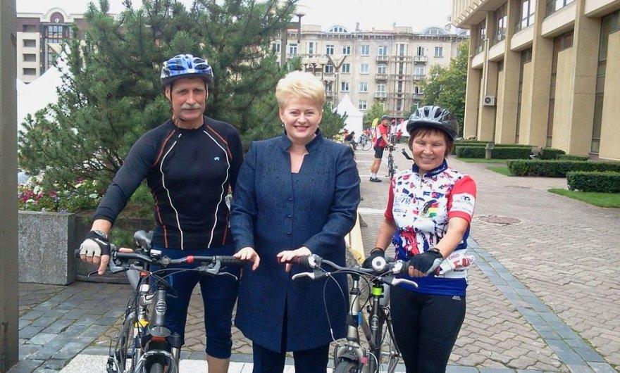 """Dalia Grybauskaitė įteikė specialų prizą vieningiausiai """"Velamaratono"""" komandai"""