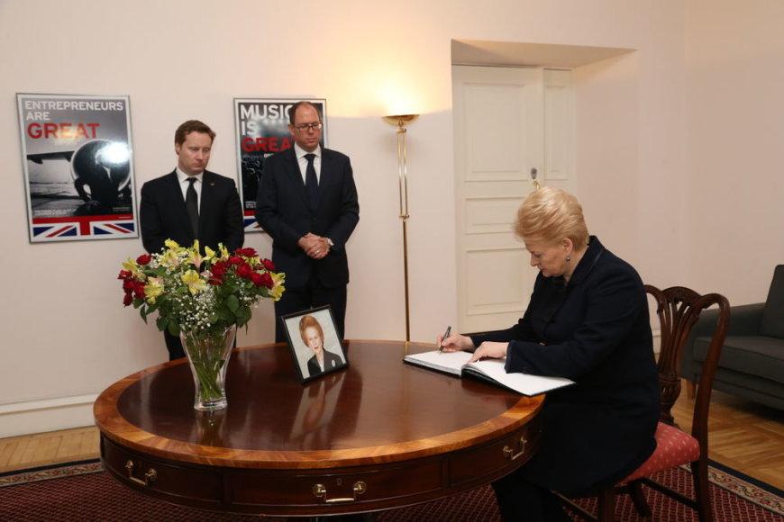 Prezidentė pasirašė užuojautų knygoje dėl Margaret Thatcher mirties