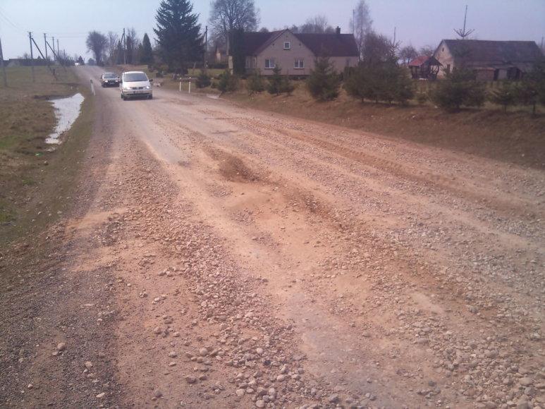 Naujai suremontuotas kelias Lazdijų rajone atlaikė vos keletą mėnesių