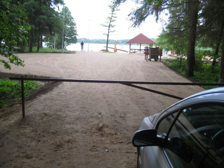 Tytuvėnuose įrenginėjamas paplūdimys prie Giliaus ežero poilsiautojus pasitinka užkardu.