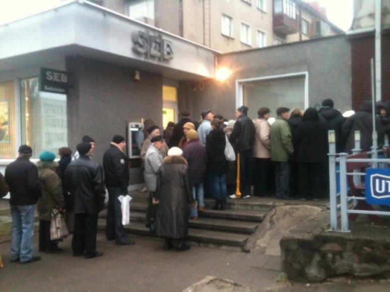 Eilė prie SEB banko filialo