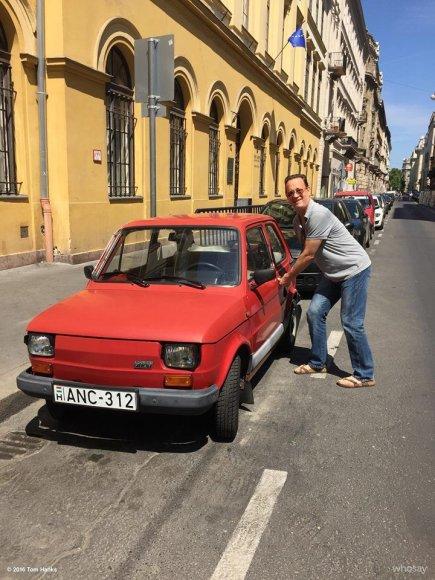 """Nuotrauka iš Tomo Hankso """"Facebook"""" paskyros/Tomas Hanksas šalia """"Fiat 126p"""""""