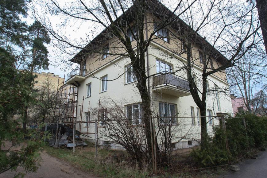 Šio namo A.Mickevičiaus g. gyventojai skundėsi, kad savaitgalį butuose buvo karšta, o šildymo išjungimo teko laukti iki sekmadienio vakaro.