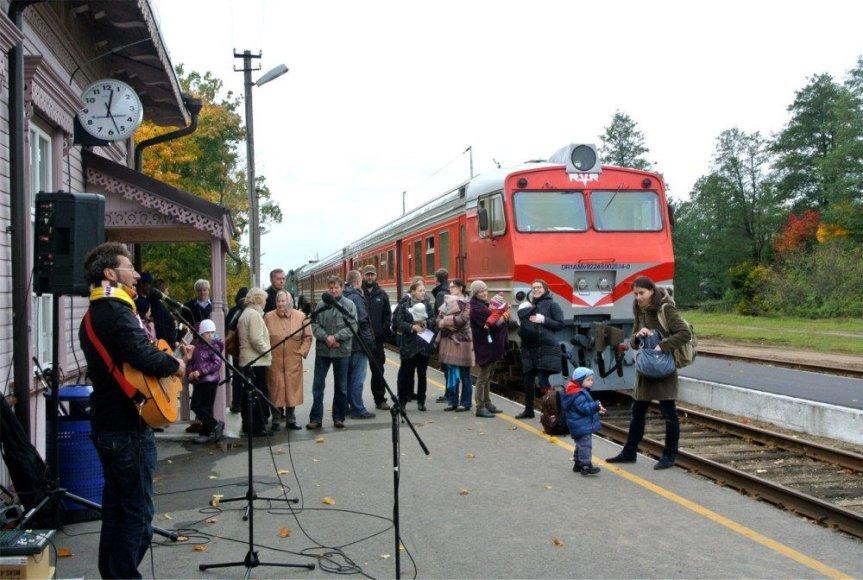 Traukiniai pasitikti skambant muzikai