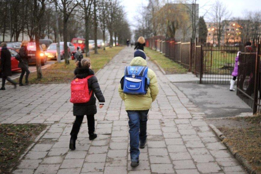 Į mokyklą einantys vaikai