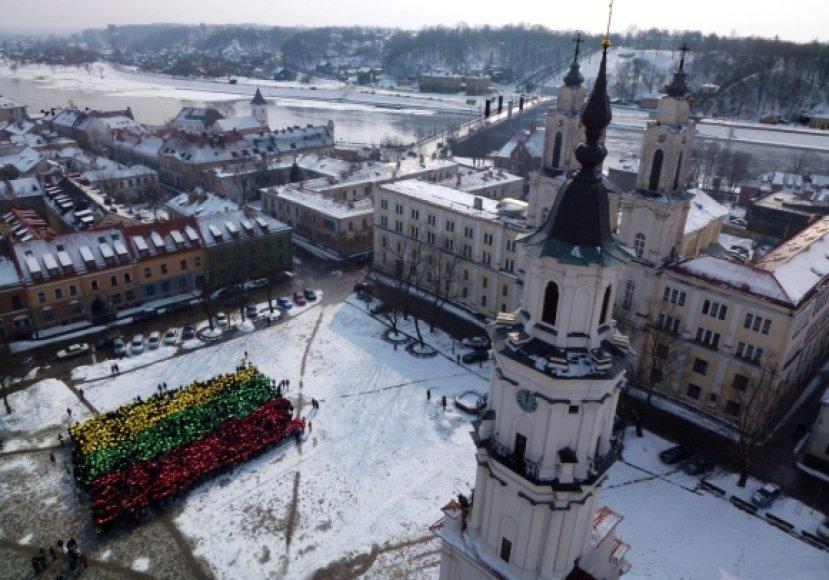Moksleivai Kauno Rotušės aikštėje sukūrė milžinišką trispalvę