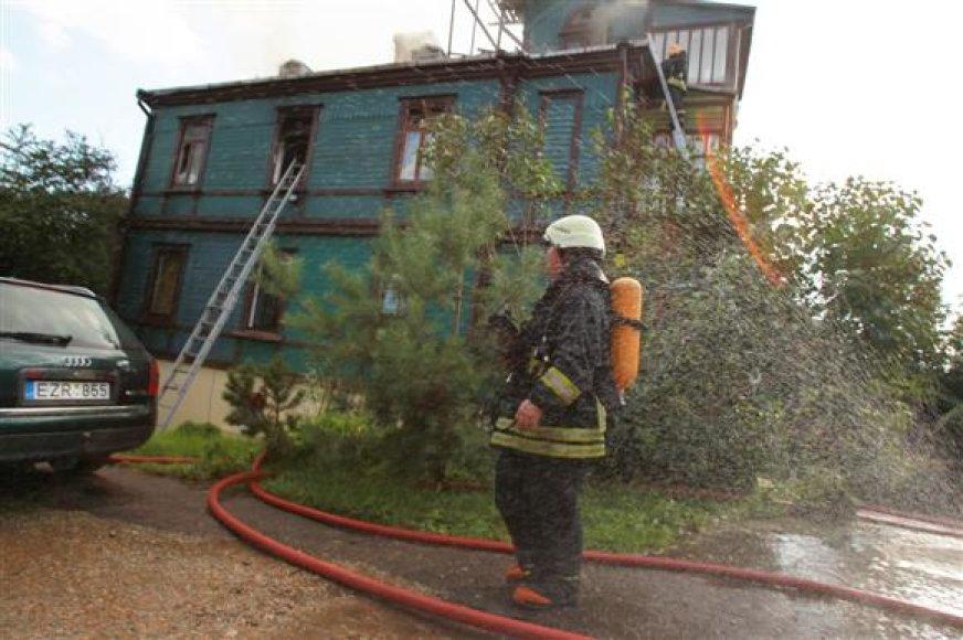 Žaliakalnyje avira ugnimi degė medinis namas.
