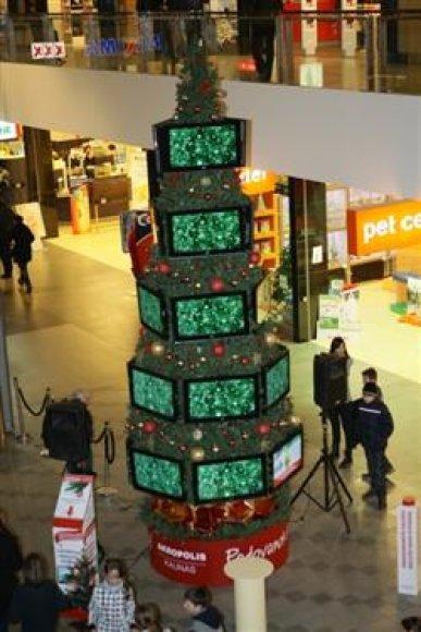 Iš televizorių pagaminta kalėdinė eglė