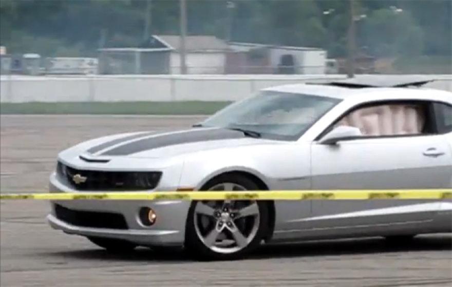 """""""Chevrolet Camaro"""" su išsiskleidusiomis oro pagalvėmis"""