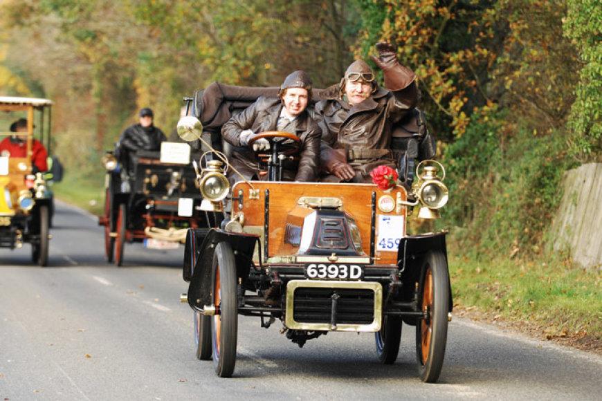Senoviniai automobiliai važiuoja iš Londono į Braitoną