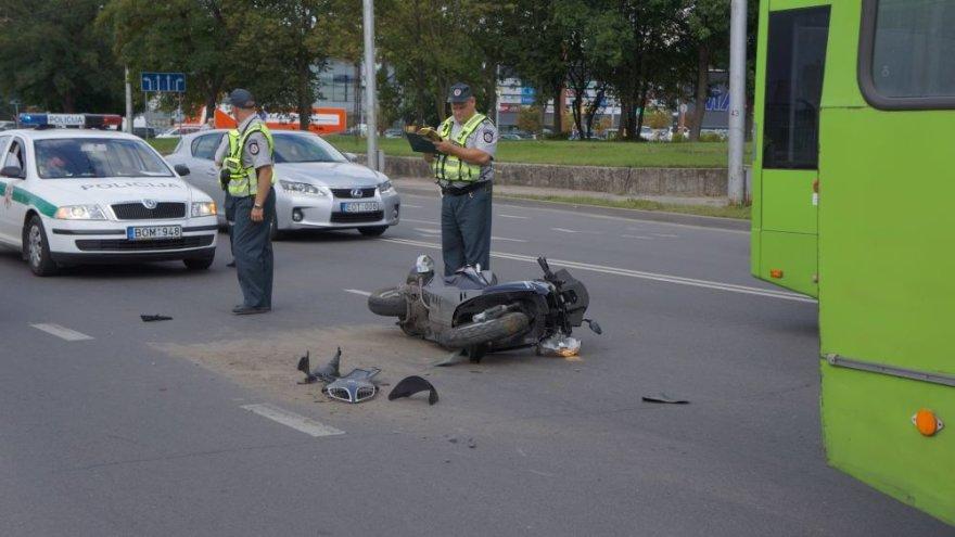 Kaune motoroleris atsitrenkė į troleibusą