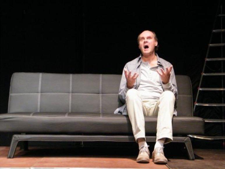 I.Reklaitis spektaklyje vaidina prodiuserį Džeimsą, antrarūšių filmų aktorei pristatantį savo naują scenarijų, turintį ją paversti žvaigžde.