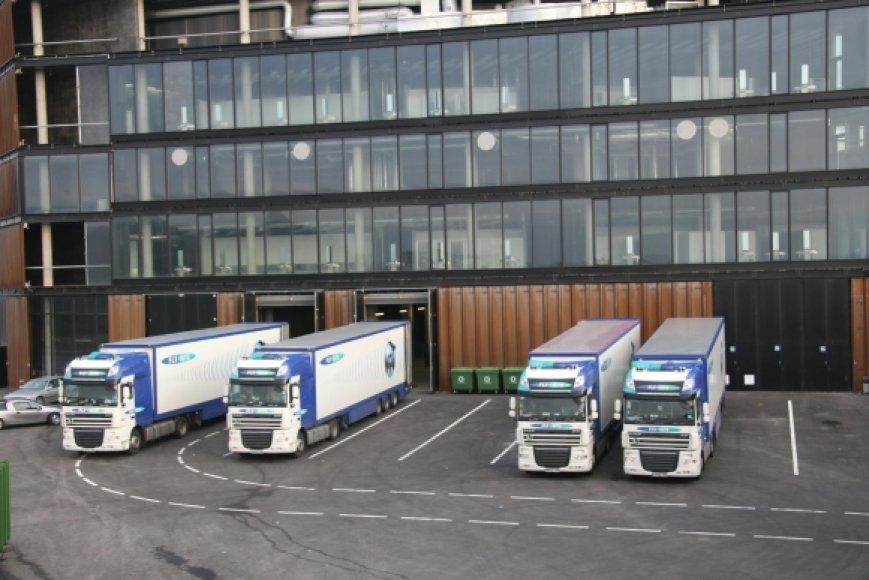 """Prie """"Žalgirio"""" arenos stovintys sunkvežimiai su garso bei apšvietimo technika"""