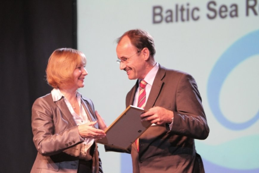 """Lietuvos Ūkio ministerijos Inovacijų ir žinių visuomenės departamento Inovacijų politikos skyriaus vedėja Rima Putkienė Vokietijos koncerno """"BioCon Valley"""" generaliniam direktoriui Wolfgangui Blankui įteikė pirmąjį Baltijos jūros regiono inovacijų lyderio apdovanojimą."""